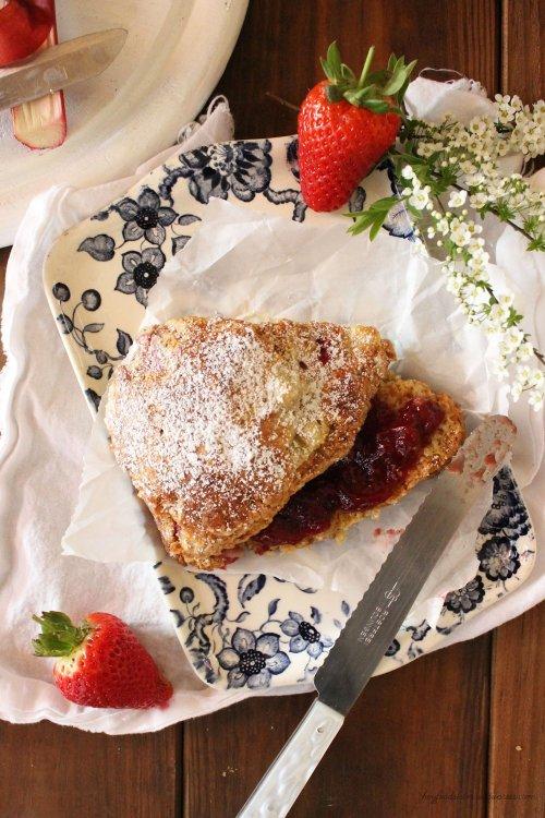 Rezept für Buttermilch Scones mit Erdbeeren und Rhabarber
