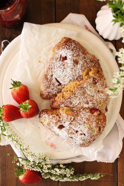 Rezept für Buttermilch Scones mit Rhabarber und Erdbeeren