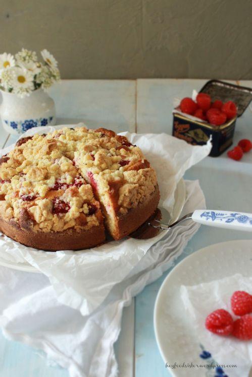 Rezept für einen Rührkuchen mit Tonkasbohnenstreusen Rhabarber und Himbeeren