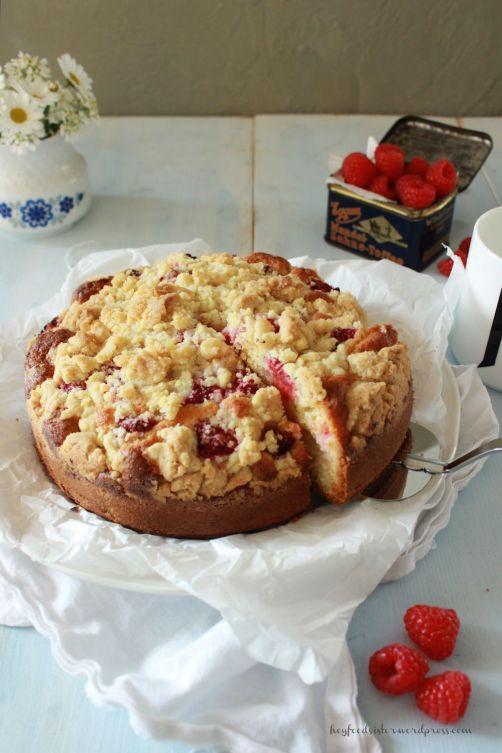 Rezept für einen Streuselkuchen mit Tonkabohnen Himbeeren und Rhabarber