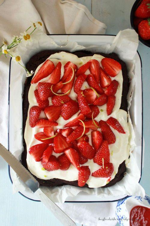 Rezept für einen Brownie Kuchen mit Erdbeeren