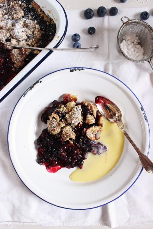 Rezept für einen Blaubeer Brombeer Crumble mit Marzipan Bananen Crunch Streuseln