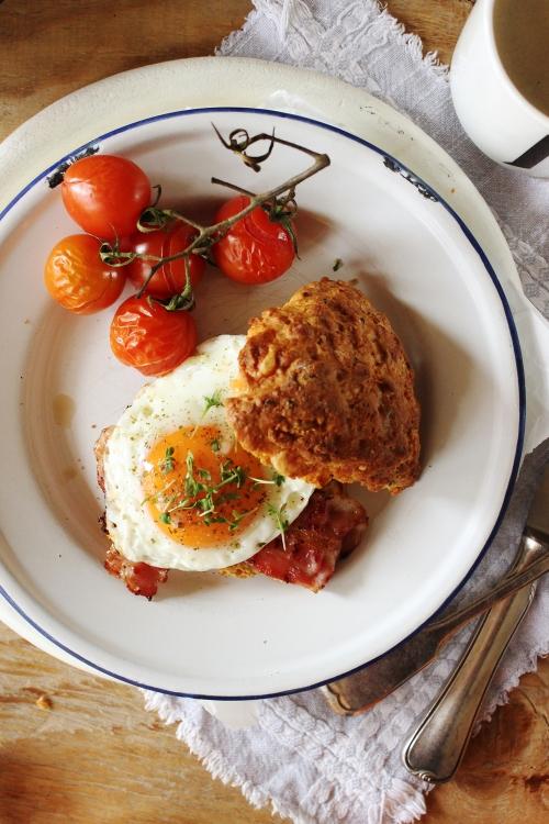 Rezept für einen Käse Scone Frühstücks Burger