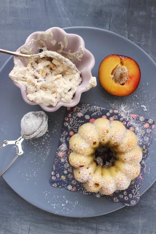 Rezept für Mini Baileys Marmorkuchen mit Pflaumen und Zimt Sahne