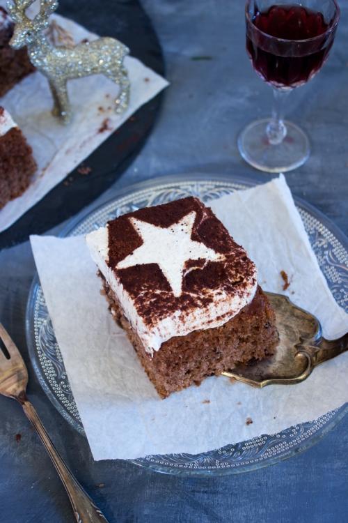 rezept-fur-einen-weihnachtlichen-rotweinkuchen-mit-schokolade-und-sahne