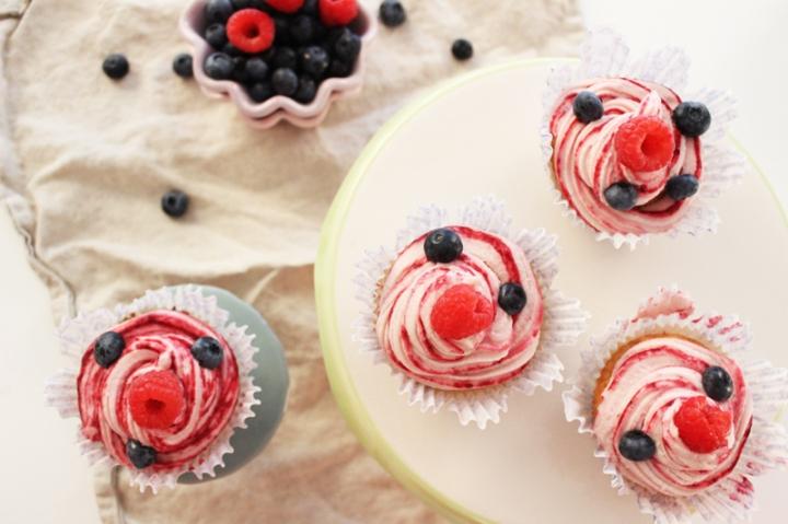 rezept-fur-weise-schokoladen-cupcakes-mit-beeriger-buttercreme